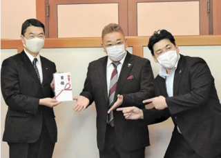 村井宮城県知事とサンドイッチマン.PNG